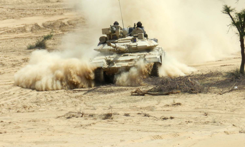 आग उगली रेत की लहरों पर आगे बढ रहे हैं भारतीय सेना के जवान