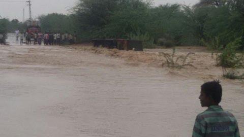 गांवों में बाढ के हालात  अहमदाबाद के बाद अब जोधपुर मार्ग अवरूद्ध