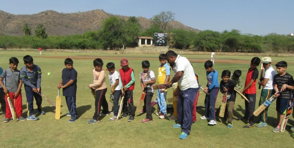 मैदान में उतरे क्रिकेट के नन्हें सितारे