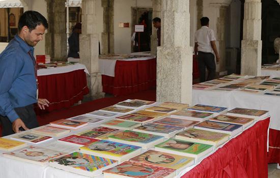 पुस्तक प्रदर्शनी में साहित्य प्रेमियों को भाई विभिन्न पुस्तकें