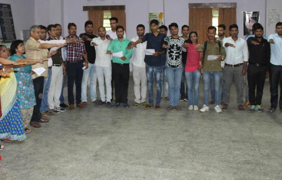 छात्र छात्राओं को दिलाई सडक सुरक्षा की शपथ