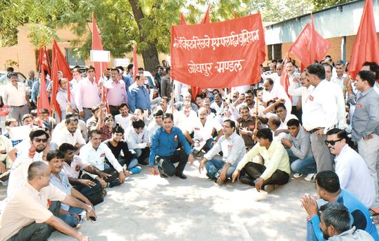 मजदूर विरोधी नीतियों के विरूद्ध प्रदर्शन