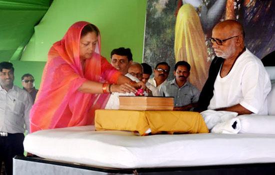 मुख्यमंत्री ने संत मुरारी बापू से रामकथा सुनीं