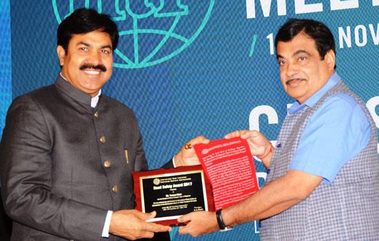 केन्द्रीय परिवहन मंत्री श्री नितिन गड़करी ने सौंपा पुरस्कार