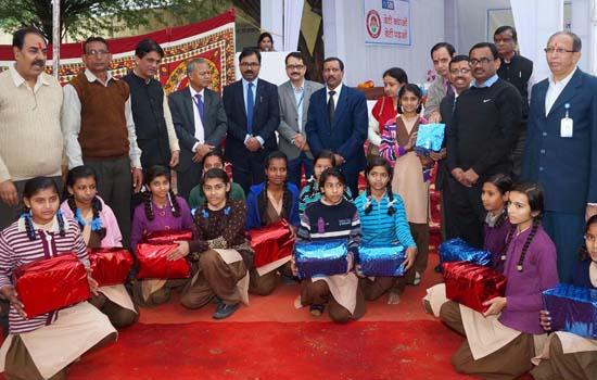 210 बालिकाओं को स्वेटर, जूते, मौजे व स्कूल बैग का वितरण