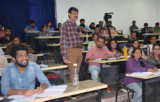 सी.ए.अशोक पाहवा की FINANCIAL REPORTING का छात्रोंपर चढा जबरदस्तरंग