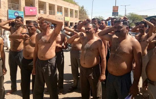 बाड़मेर :अर्द्धनग्न होकर न्याय की मांग 29 वें दिन भी जारी