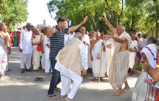 महावीर जन्मोत्सव पर पावापुरी मे हुऐ ग्यारह अभिशेक