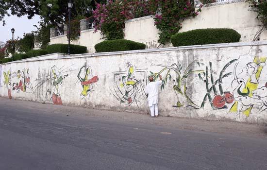 एम. ए. हुसैन ने 130 फिट लम्बी वाल पर   कुंची से उठाए सामाजिक मुद्दे