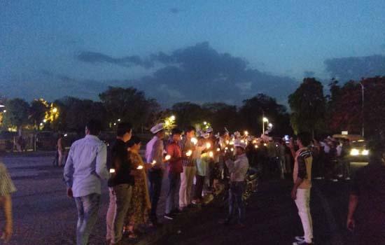बलात्कार की दिन ब दिन बढ़ती घटनाओं के विरोध में 'आप' का 'कैंडल मार्च'