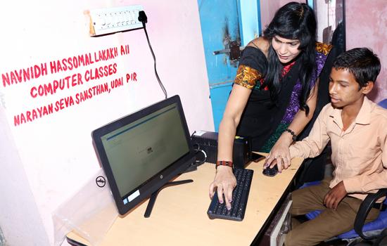 कालीवास स्कूल को कम्प्युटर भेंट