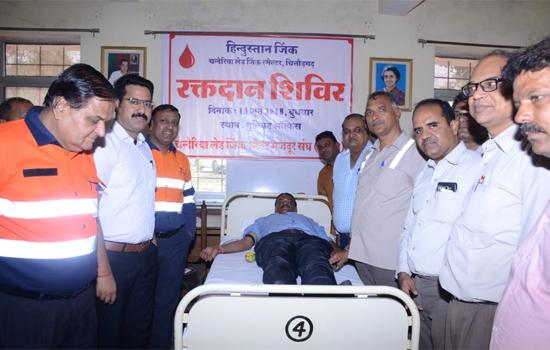 लेड जिंक स्मेल्टर द्वारा आयोजित षिविर में ७७ यूनिट रक्तदान
