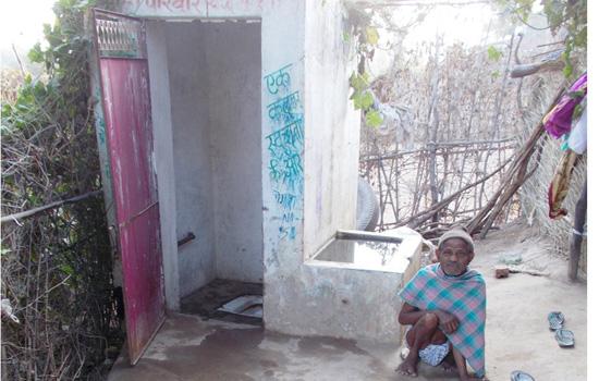 शौचालय से राहत की जिंदगी जी रहा निःशक्त धनसिंह का परिवार
