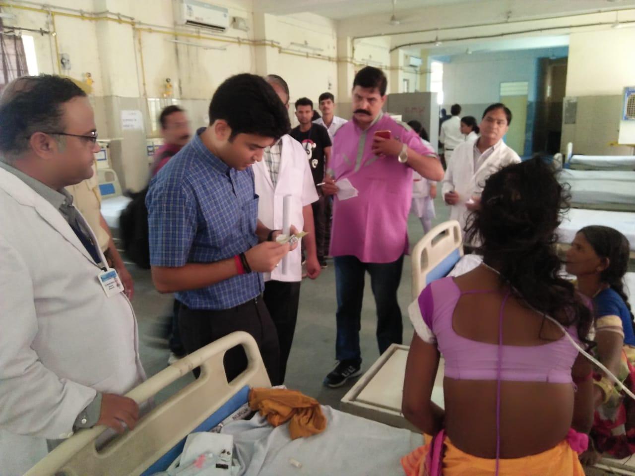 कलेक्टर अचानक अस्पताल पहुंचे जाना मरीजो का हाल