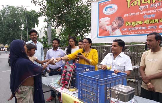 वीपी सिंह की 14वी पुण्यतिथि पर गरीबो तक पहुचाया निवाला