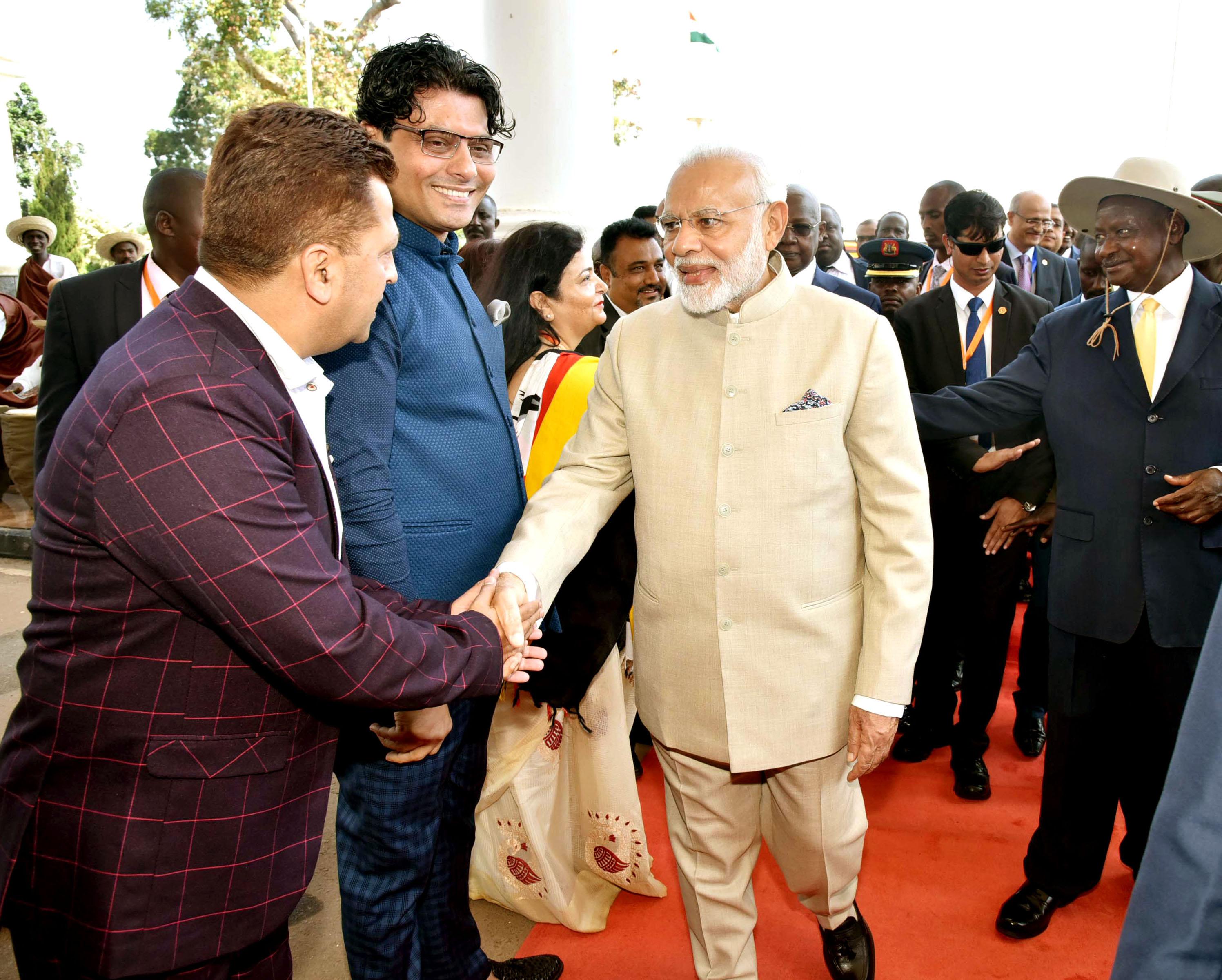 लिबास के डिजाइनर रियाज गांगजी को मोदी का स्वागत करने के लिए आमंत्रित
