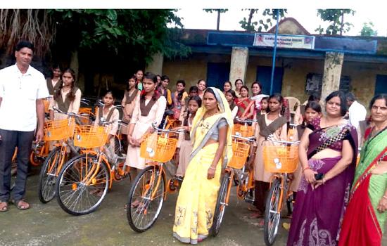 लोधा स्कूल में 17 बेटियों को साईकिलों का निःशुल्क वितरण