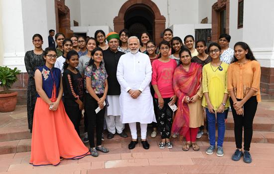 प्रधानमंत्री श्री नरेन्द्र मोदी से मिल कर बीकानेर की छात्राएं हुई  गदगद