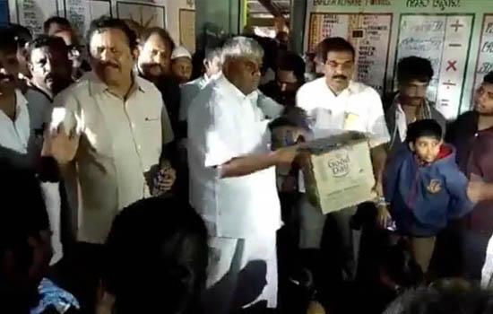 मंत्री ने बाढ़ प्रभावितों पर फेंके बिस्कुट के पैकेट
