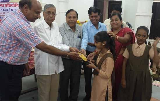 हिन्दी दिवस पर कविता पाठ एवं निबन्ध प्रतियोगिताएं आयोजित