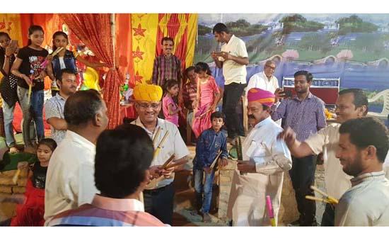'मनवार चौक' में मनुहार पर एसपी शर्मा और नेता धनदे ने पकड़े डांडिया और किया गरबा