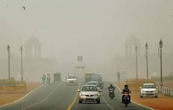 दिल्ली में छायी धुंध की मोटी चादर