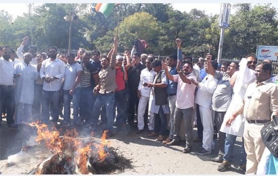 उदयपुर जिलाधीश कार्यालय के बाहर विरोध प्रदर्शन कर प्रधानमंत्री का पुतला फुका