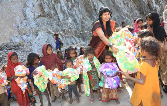 नारायण सेवा संस्थान द्वारा गरीब बच्चों को मिठाई, कपड़े, पुस्तकें वितरित