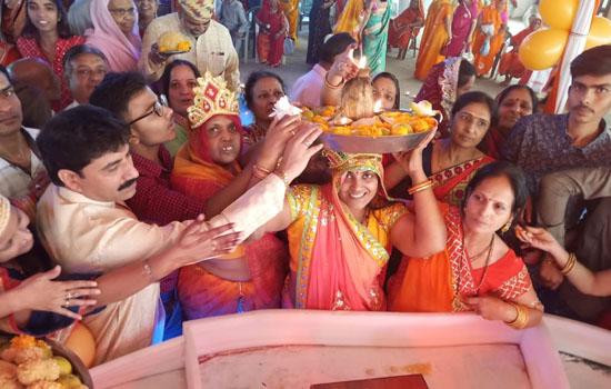 हुमड़ भवन में भगवान महावीर स्वामी को चढ़ाया 24 किलो का निर्वाण लड्डू