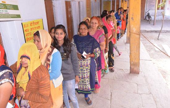जिले में मतदाताओं ने उत्साह व उमंग से किया मतदान