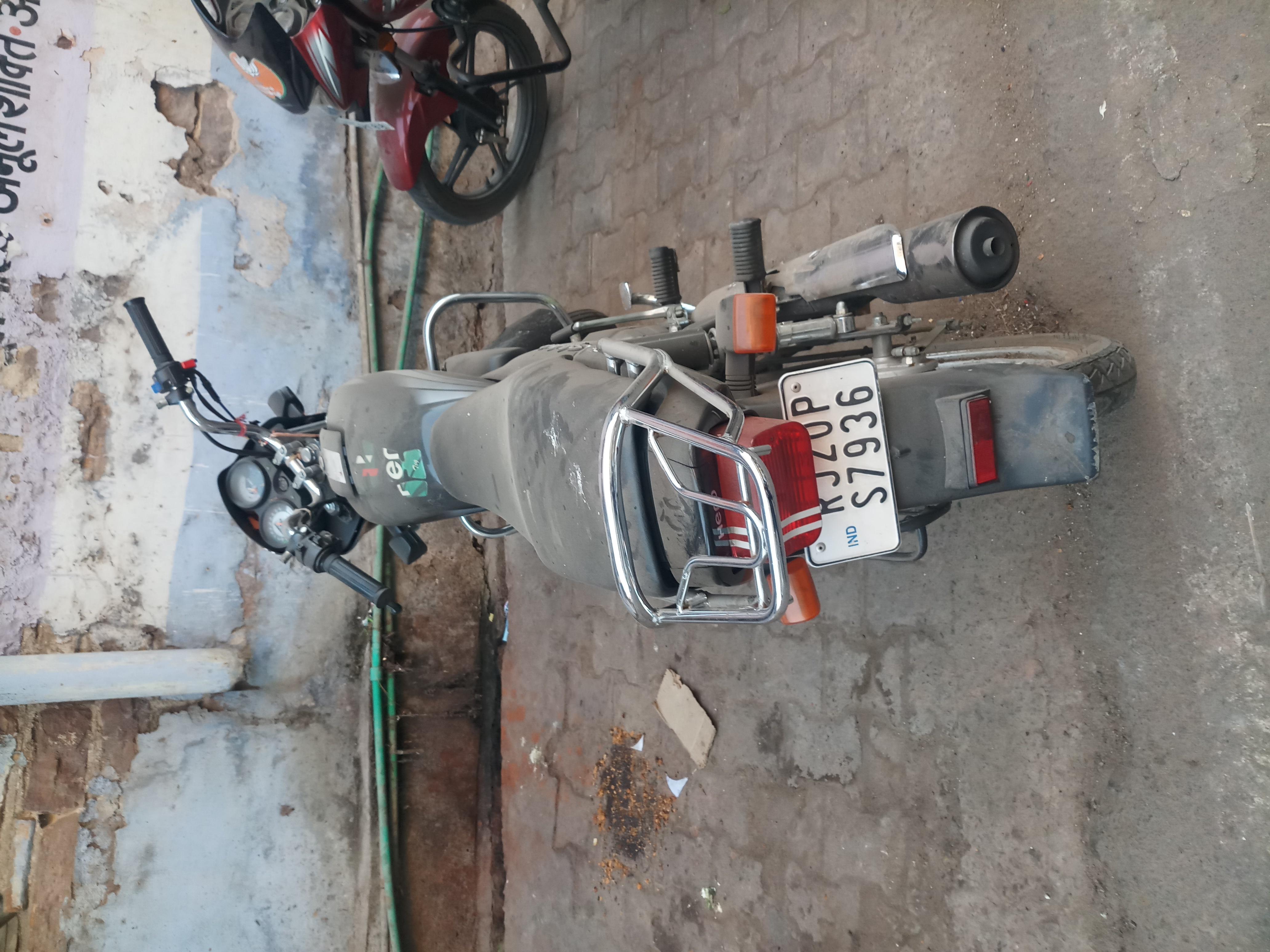 लवारिस हालत में मोटरसाइकिल
