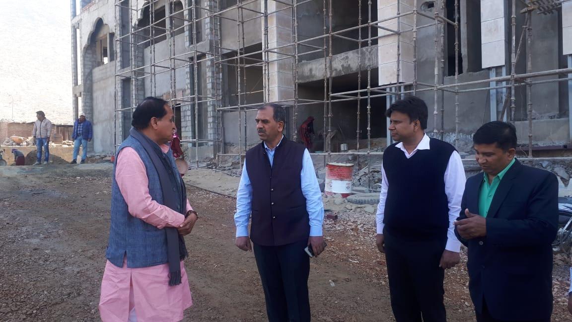 निर्माणाधीन हॉस्पिटल का सांसद मीणा ने किया निरीक्षण ः अगले महीने से शुरू हो जाएगा १०० बैड क्षमता का हॉस्पिटल