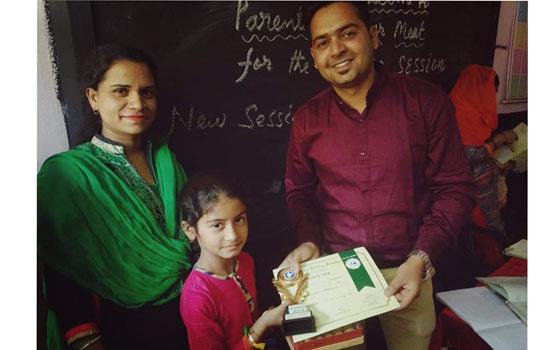 पायनेरी एकैडमी स्कूल में 97.50% पूरे विद्यालय और क्लास में फर्स्ट रैंक बनाने वाली इस वर्ष की पहली बालिका