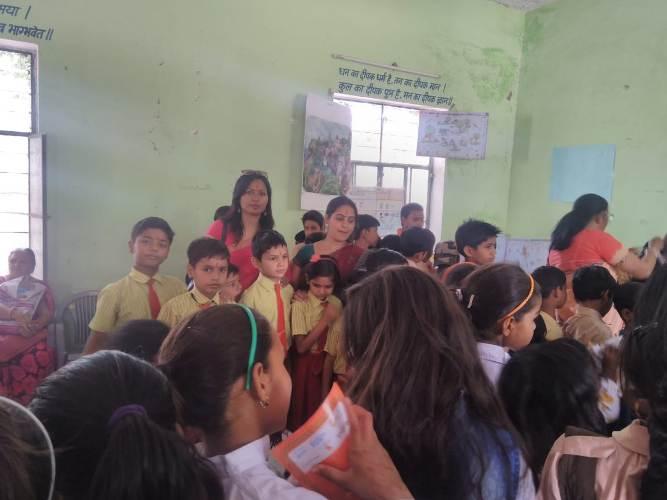 विद्यार्थियों को प्रोत्साहन के रूप में नए कपड़े भेट