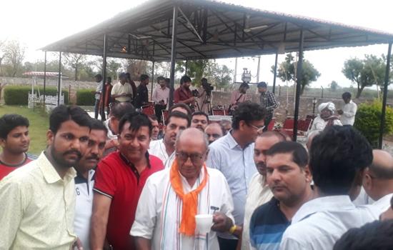 कांग्रेस नेता श्री दिग्विजय सिंह का गांधी टोपी और ऊपरना पहना कर किया स्वागत