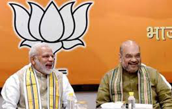 मोदी-शाह ने BJP के धरोहर आडवाणी व मुरली मनोहर का लिया आशीर्वाद