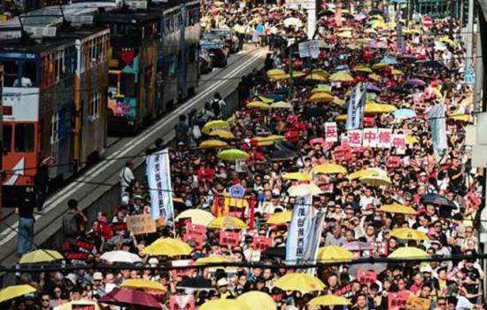हांगकांग में हजारों प्रदर्शनकारियों ने किया विरोध