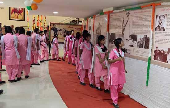 गांधी जीवन दर्शन प्रदर्शनी को देखने लगा रहा जमघट