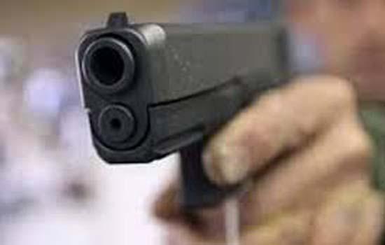 17 साल की लड़की ने ताना नकली बंदूक, पुलिस ने मारी गोली