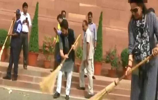 संसद परिसर में चला स्वच्छता अभियान