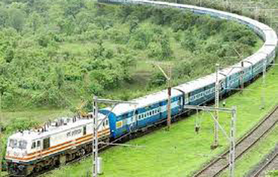 भारी बारिश के कारण रेल यातायात प्रभावित