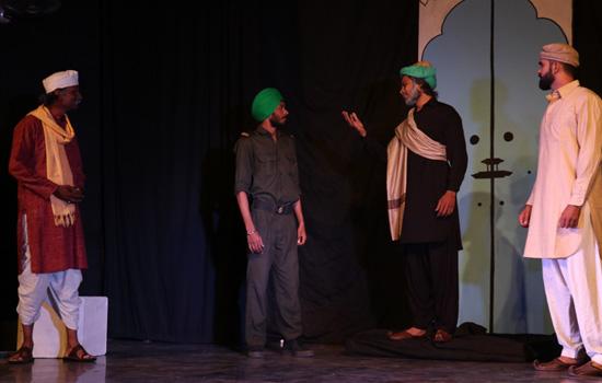 भारतीय लोक कला मण्डल में  ''क्या यह सच है बापु'' की प्रस्तुती