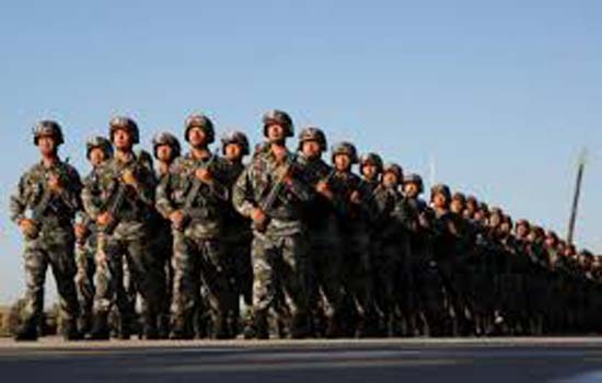 हांगकांग सीमा पर परेड की चीनी सेना ने