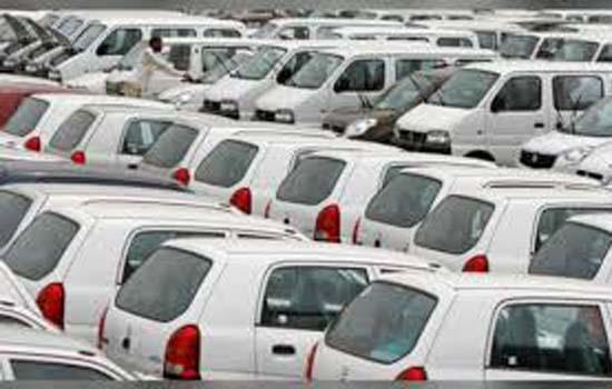 वाहन कंपनियां की उत्पादन घटा रहीं