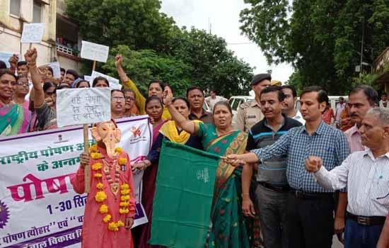 पोषण रैली को जिला कलक्टर ने हरी झण्डी दिखाकर किया रवाना