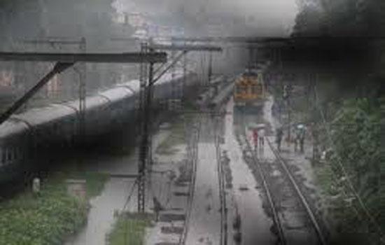 बारिश के कारण रेल यातायात प्रभावित