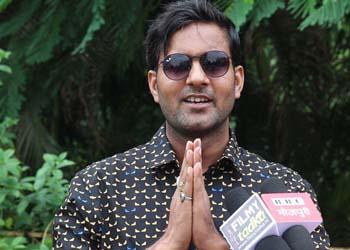 जब मुंबई घूमने आये विनोद यादव को कॉफी टेबल पर मिला फिल्म का ऑफर ...