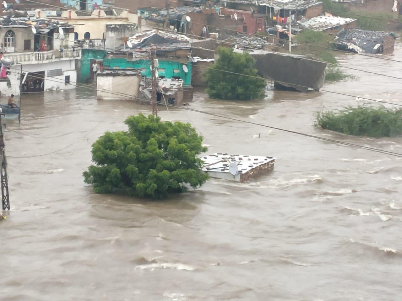 पानी ने मचाई तबाही, निचली बस्तियों में बाढ़ के हालात