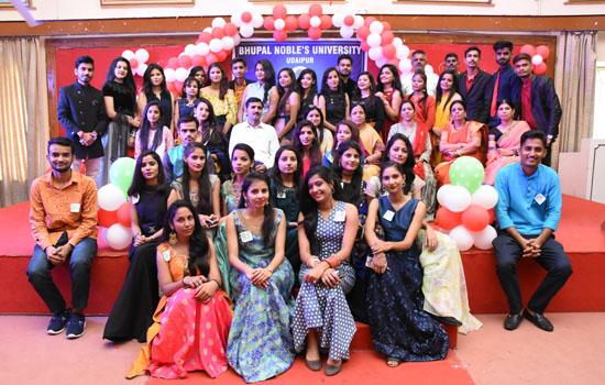 भूपाल नोबल्स विश्वविद्यालय में छात्र-छात्राओं का स्वागत समारोह
