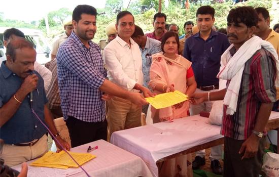 बाढ़ पीड़ित 43 परिवारों को पट्टे मिलने से चमक उठी आंखे